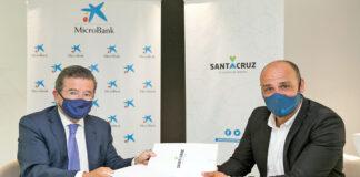 Firma del convenio entre la Sociedad de Desarrollo y MicroBank./ Cedida.