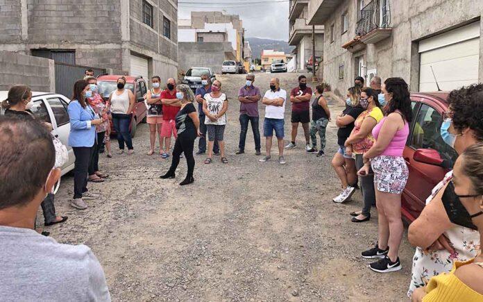 Visita a los vecinos del núcleo de Buzanada./ Cedida.