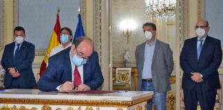 Firma del acuerdo sobre el plan de choque para reducir la temporalidad en las administraciones públicas./ Cedida.