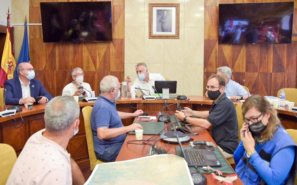 Los vecinos evacuados en el albergue serán realojados hoy en un hotel en Fuencaliente