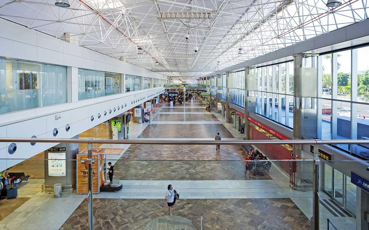 Mena reclama una nueva terminal que coloque a Tenerife Sur al nivel de los aeropuertos más avanzados de España